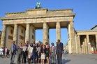 Teilnehmende vor dem Brandenburger Tor