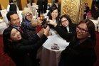 Teilnehmende feiern einen erfolgreichen Lehrgang